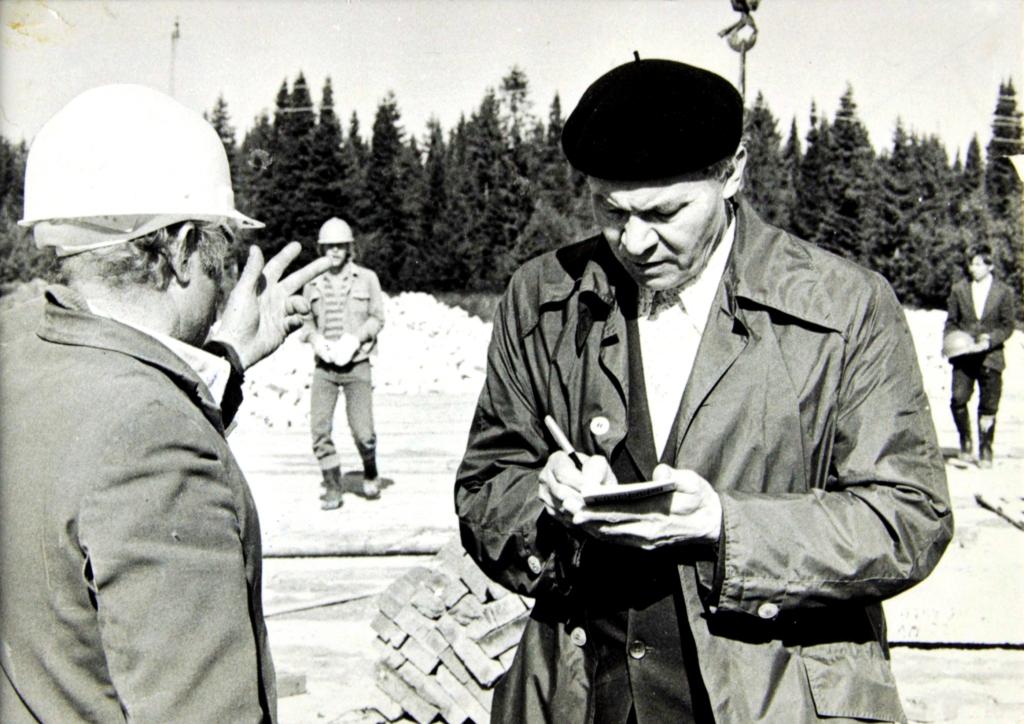 Домрачев В.А. со строителями во время подготовки газетных репортажей. [1980-е гг.]