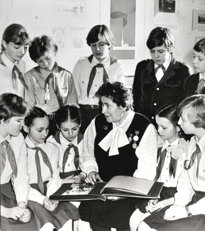 Минина В.Е., ветеран педагогического труда (в 1-м ряду 4-я слева), во время встречи с пионерами. 1986 г.