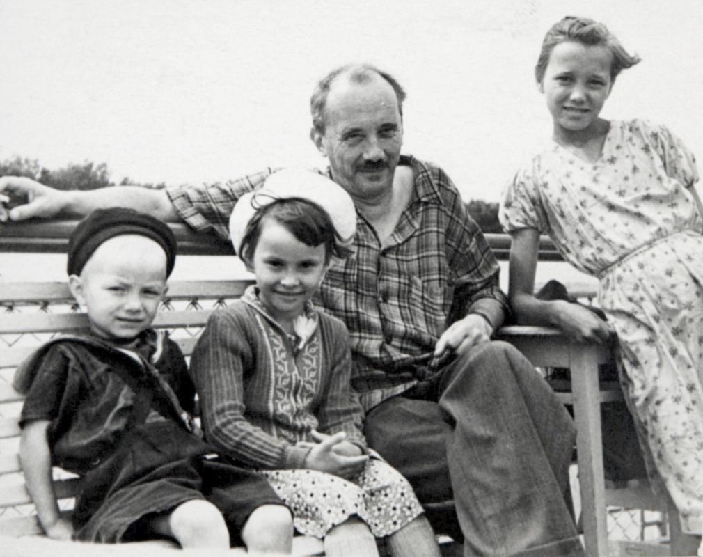 Дьяконов Л.В., писатель (3-й слева), с дочерью и племянницей В.А. Домрачева на отдыхе. 1960 г.