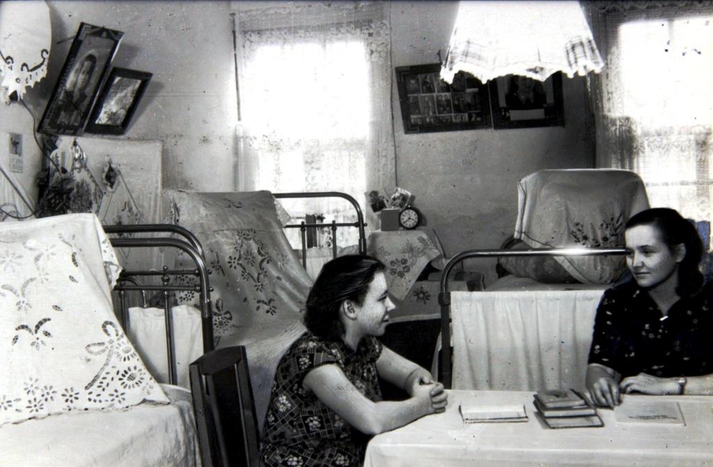 Работницы Кировского кожевенно-обувного комбината им. Коминтерна в общежитии. [1950-е гг.]