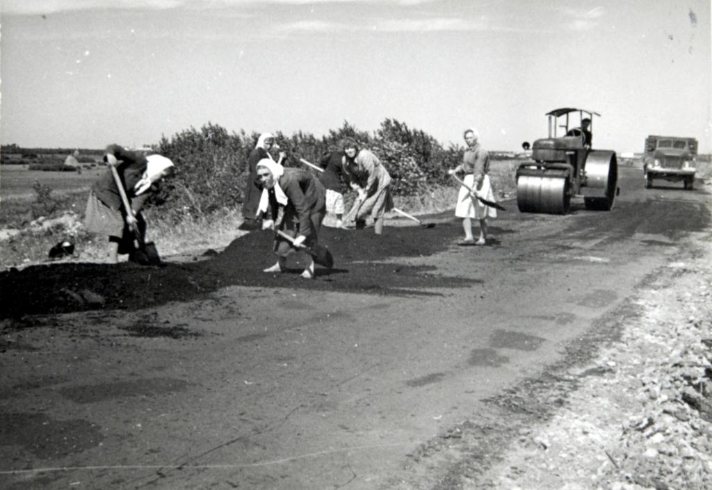Женщины-рабочие на строительстве дороги в п. Коминтерновский. Июль 1957 г.