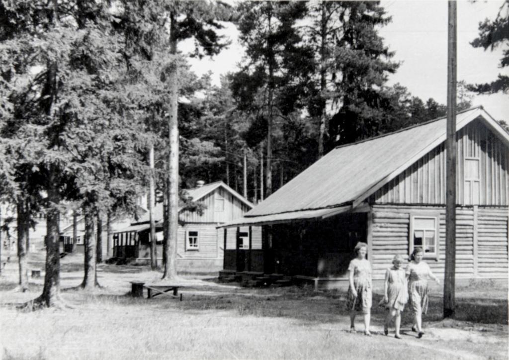 На территории дома отдыха «Вишкиль» в Котельничском районе Кировской области. 1963 г.