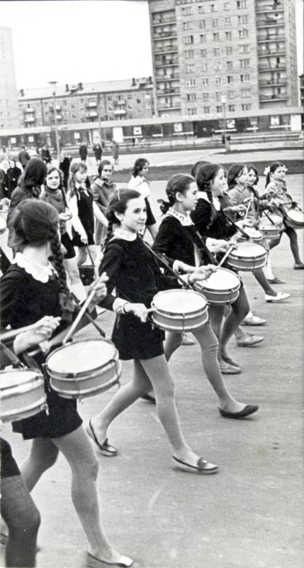 Юные барабанщицы на параде, посвященном Дню Победы в Великой Отечественной войне 1941-1945 гг., на улицах г. Кирова. 09 мая 1975 г.