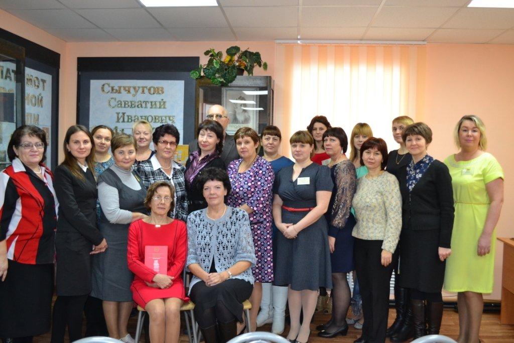 Участники IX Сычуговских чтений с кировской поэтессой С. А. Сырневой (1-й ряд 1-я справа)